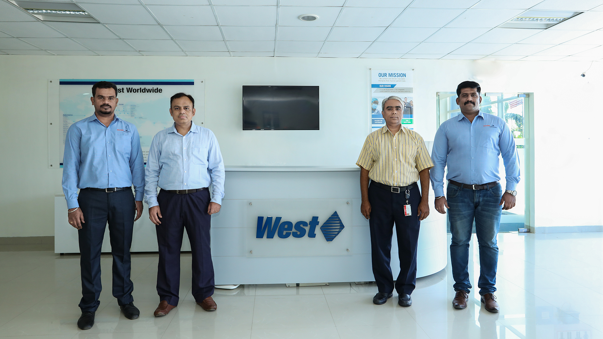v.l.n.r. G Anand, Sales Engineer, mo-co India, N Ganesh, Head of Manufacturing, West Pharma, G Suresh, Operations Director, West Pharma, R Anandakumar, General Manager – Sales, mo-co India